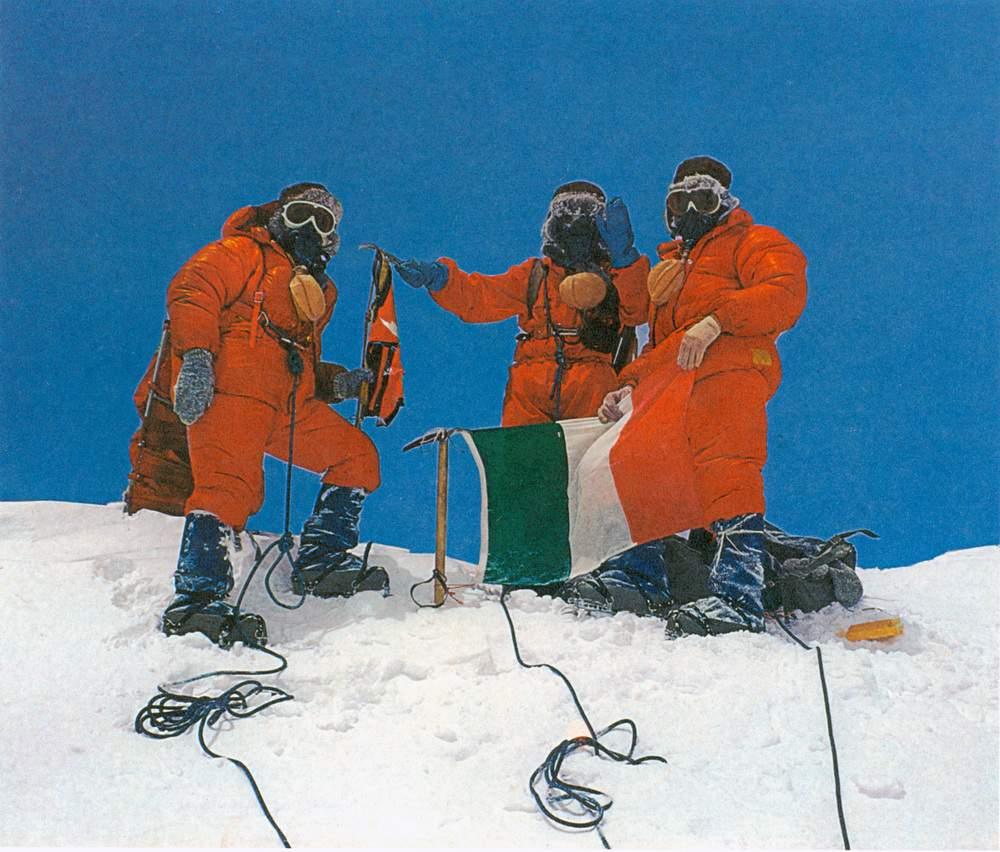 Partita il 28 aprile dal campo 2, la prima cordata raggiunge la vetta dell'Everest il 5 maggio 1973. Ritratti da Mirko Minuzzo, a sinistra i due sherpa Lakpa Tenzing e Shambu Tamang, a destra Rinaldo Carrel che dispiega la bandiera italiana. FFGM/Archivio FAI, Milano. FAI, Milano