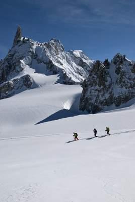Monte Bianco, in ciaspole dal Colle del Gigante al Col de Toula, 17 aprile 2012, in marcia verso il Col des Flambeaux, con lo sfondo del Dente del Gigante