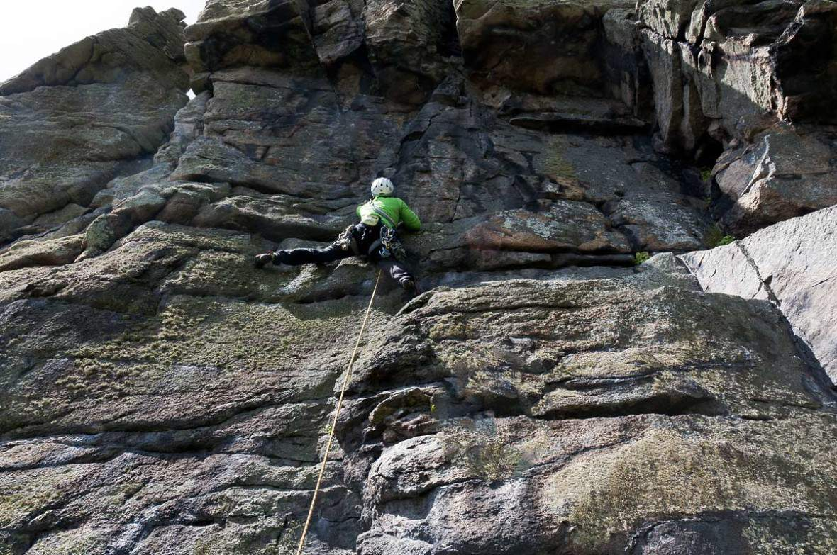 TradClimbing-Alberto-Rampini-on-William's-Chimney-Trewevas-Head,-Cornwall