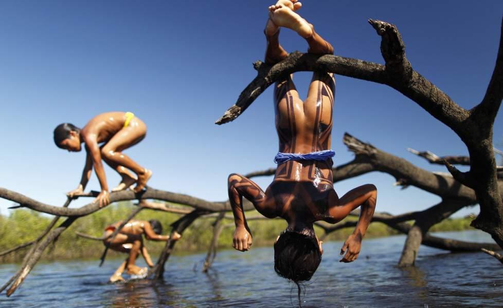 gioco-bambini-indigeni-giocano-al-fiume-xingo-nel-mato-grossoorig_main