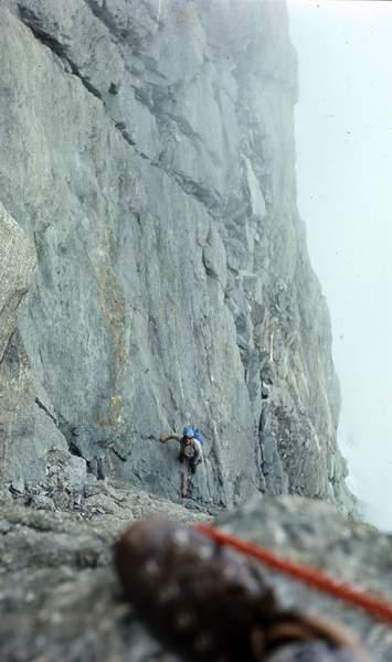 I primi a vedere le grandi possibilità arrampicatorie offerte dal pilastro sud-ovest del Picco Muzio furono Guido Machetto, Gianni Calcagno, Leo Cerruti e Carmelo Di Pietro (14 luglio 1970). Qui è in azione Cerruti. Archivio K3PhotoAgency/Beppe Re,