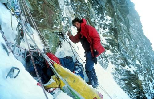 Pierre-Alain Steiner fotografa il compagno Michel Piola durante un bivacco nella prima ascensione della via diretta al Naso di Zmutt (29 luglio-1 agosto 1981). Archivio Michel Piola.