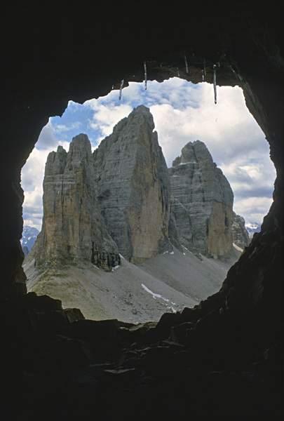 Dalla galleria della salita al Monte Paterno, visione sulle Tre Cime di Lavaredo