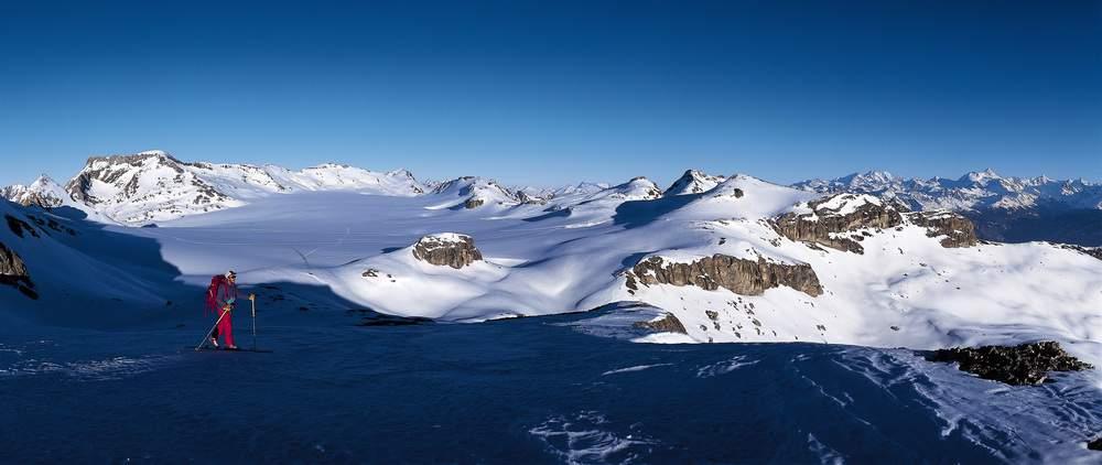 Salita al tramonto sulla Q. 2884 m, al limitare occidentale del Glacier de la Plaine Morte. A sinistra, oltre l'ombra del Weisshorn e del Gletscherhorn, si allunga la cresta tra il Wildstrubel e lo Schneehorn fino allo Schneejoch, limite orientale d