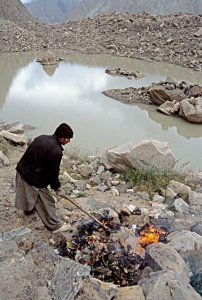 Rogo di spazzatura a Khuburse, valle del Baltoro , Pakistan