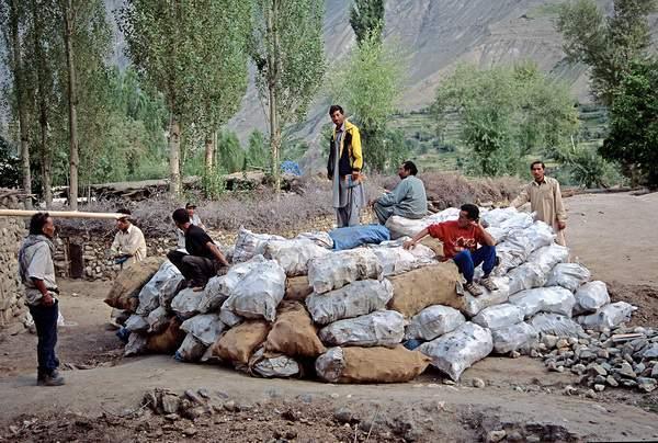 Askole, le lattine raccolte durante la bonifica del Baltoro dell'estate 2004, 3011 kg. , Pakistan