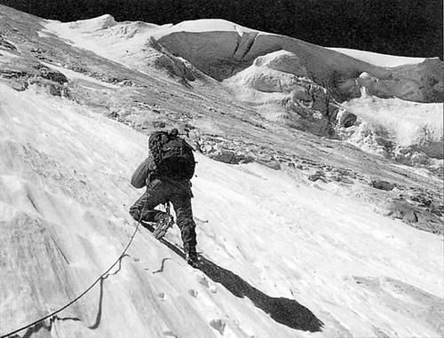Reinhold Messner surante la prima ascensione della parete nord ovest dell'Annapurna
