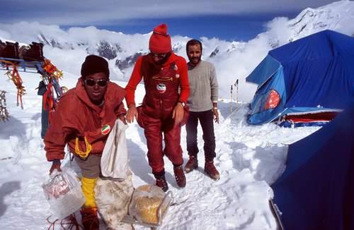 Annapurna, spedizione italiana 1973, campo 2: da sinistra, uno sherpa, Miller Rava e Leo Cerruti, qualche giorno prima della tragedia.
