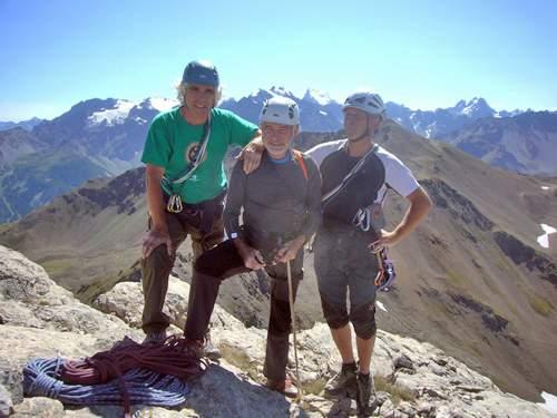 A. Gogna, U. Manera e M. Furlani in vetta alla Crete du Raisin, Briancon, Cerces, sullo sfondo gli Ecrins