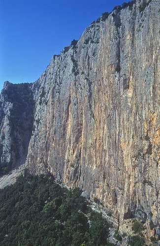 Dalla via Cani e Porci (Canes ispe Porcos), 1a asc verso la parete est di Oronnoru. Scogliera di Oronnoru. 4.05.1997