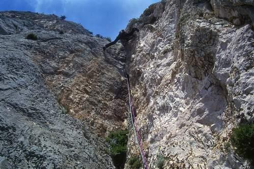 O. Brambilla sulla 6a L di Cani e Porci (Canes ispe Porcos), 1a asc. Scogliera di Oronnoru. 4.05.1997