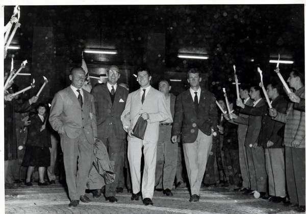 1958, Trento - Piazza Dante - fiaccolata in onore dei conquistatori del Gasherbrum IV. Da sin, Riccardo Cassin (capo-spedizione), ??, Walter Bonatti, Carlo Mauri