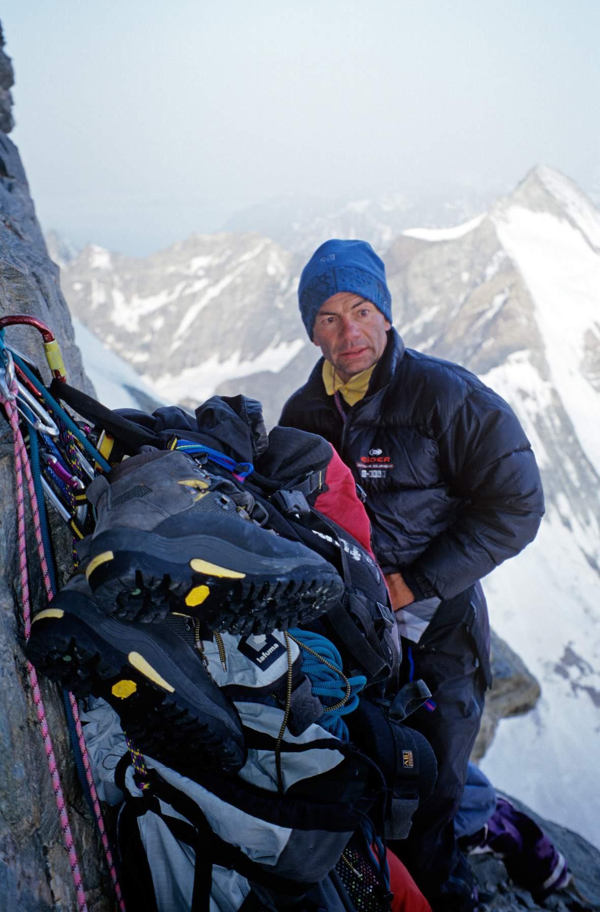 In prima ascensione sulla via Free Tibet del Naso di Zmutt, Patrick Gabarrou si appresta a smontare il bivacco. Foto Cesare Ravaschietto/Archivio Patrick Gabarrou, Cluses.