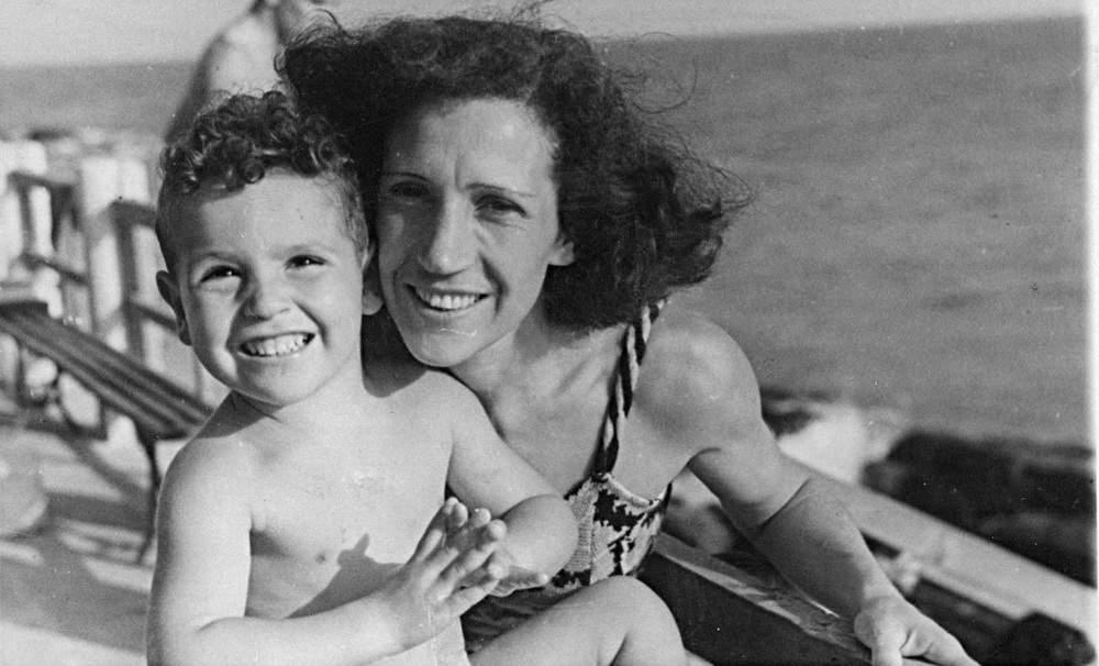 A. Gogna e la madre Fiammetta Amej Gogna, bagni Monumento di Genova, 1948 (?). Foto: S. Del Boccio