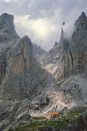 Rifugio Vajolet, Punta Emma, Torre Winkler e Torri principali del Vajolet. Dolomiti Occidentali
