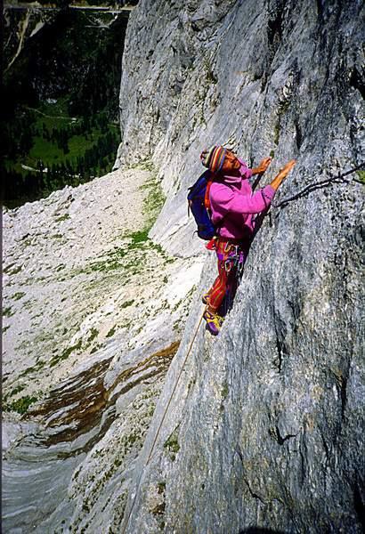 Col dei Bous (Fedaia), parete ovest, tentativo di prima ascensione. Heinz Mariacher sulla seconda lunghezza.