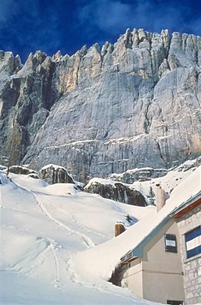 Dal rifugio Falier si nota la striscia marrone sulla parete sud per lo scarico dalla Terza Stazione della funivia Malga Ciapela - Punrta Rocca, Marmolada Pulita 1988, Dolomiti. Foto: M. Giordani