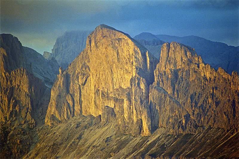 Scendendo dal Latemàr verso il Passo Costalunga, tramonto burrascoso su Roda di Vael. Dolomiti Occidentali.