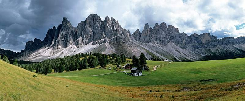 Il massiccio delle Odle da Malga Casnago, Val di Funes, Alto Adige, Dolomiti.