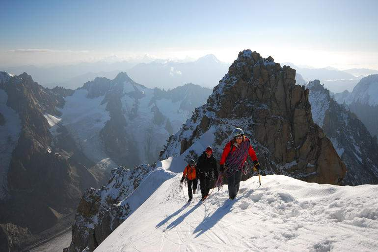 AlpinismoNONGuide-2-catherine_destivelle_guida_la_cordata_in_au_dela_des_cimes_del_francese_remy_imagefull
