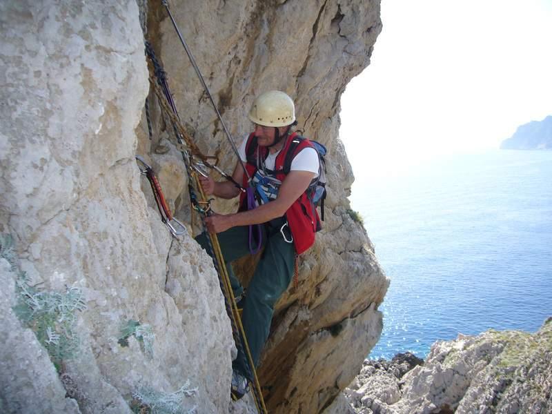 Un protagonista di Capri, Francesco del Franco in calata dalla Steger (foto L. Ferranti, 2010)