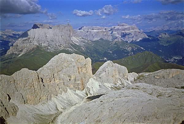 Dalla vetta del Catinaccio d'Antermoia. Si intravede il Lago d'Antermoia. Sullo sfondo Sassolungo e Sella. 29.08.1985