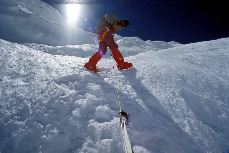 Annapurna, spedizione italiana 1973, salita di corde fisse tra il campo 2 e il campo 3. Vasco Taldo riprende con la cinepresa.