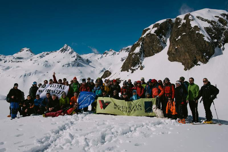 Foto di gruppo sopra al rifugio Margaroli.