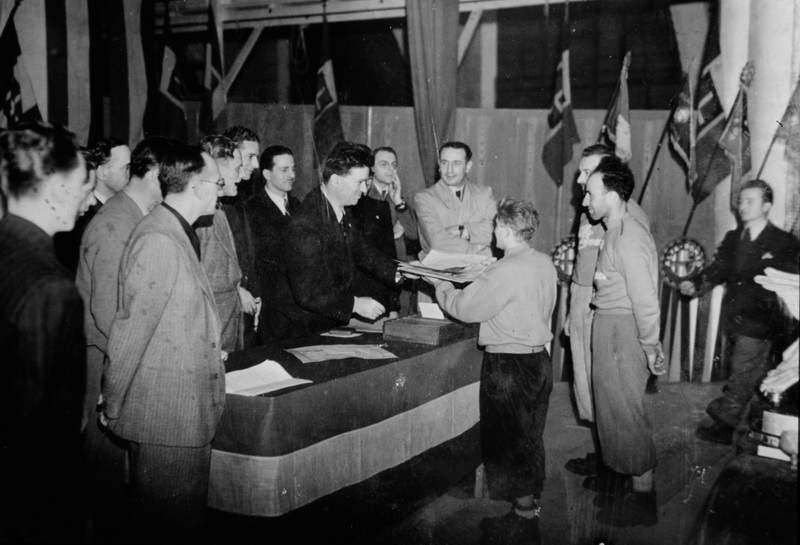 1942 – il Dopolavoro Alfa Romeo premia Ercole Ruchin Esposito, con Emilio Galli e Alfredo Colombo, per la nuova via sulla Punta Fiorelli, in val Masino. Archivio Emilio Galli