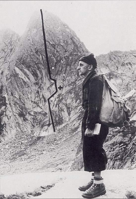 1942 - Guida alla mano, Ercole Ruchin Esposito posa davanti alla Punta Fiorelli, in Val Masino. Archivio Emilio Galli