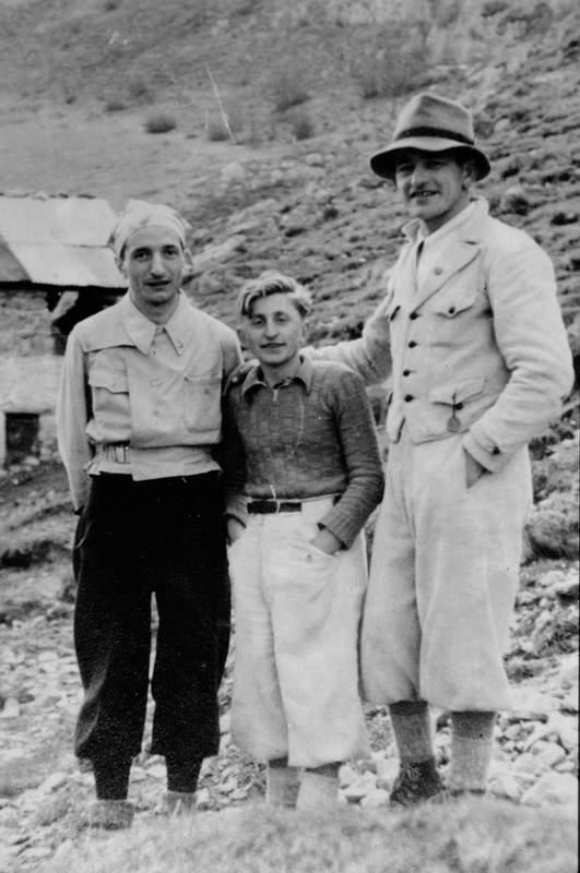 Ercole Ruchin Esposito tra due amici. Archivio Emilio Galli