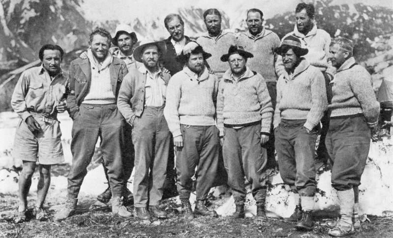 Spedizione tedesca al Nanga Parbat 1934: (davanti) Schneider, Welzenbach, Aschenbrenner, Merkl, Kapp,  Müllritter, Kuhn; (dietro) Bernard, Wieland,  Sangster, Hieronimus, Bechtold.