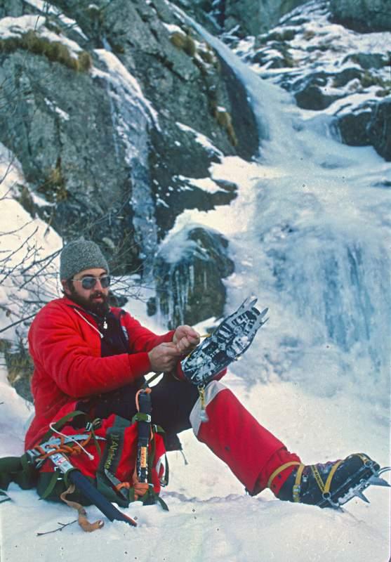 """Val di Mello, Alpi Retiche, cascata di ghiaccio """"Durango"""" (Val Temola), 1a asc., 11.1.1980. Giuseppe """"Popi"""" Miotti all'attacco."""