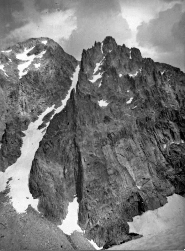 Testa di Tablasses 2851 m (a sin) e Quota 2825 m di Tablasses divise dal canalone NW. A destra del canale è il crestone NW delle Tablasses