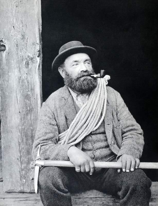 La guida Alexander Burgener, di Saas Fee (1845-1910) fu compagno di Albert F. Mummery in tutte le salite che l'inglese effettuò o tentò sul Cervino. Oltre alla conquista della cresta di Zmutt, ricordiamo la prima salita del tetro e ripido canalone n