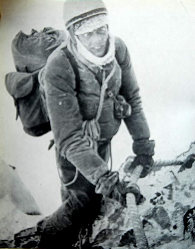 Da Bernardi p. XX. Paul Etter sulla prima corda fissa della cresta dell'Hoernli, in discesa dopo la prima invernale alla parete nord del Cervino (foto Hilti von Allmen). ARCHIVIO IN ROSSO.