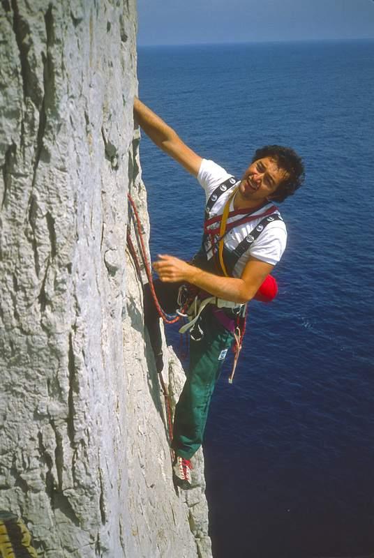 Capri, G. Miotti in arrampicata sulla Torre Comici del Faraglione di Terra, spigolo S, 10.5.1983