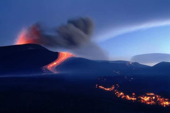 Colata originatasi nel pomeriggio del 13.11.2002 dalla bocca eruttiva apertasi a quota 2700m a sud dei crateri sommitali in zona Torre del Filosofo. La colata si dirige ad ovest. 2002.11.14