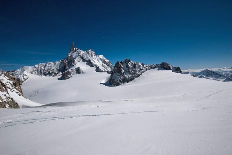 Monte Bianco, in ciaspole dal Colle del Gigante al Col de Toula, 17 aprile 2012, ritorno. Verso il Dente del Gigante e le Aiguilles Marbrées
