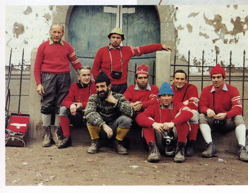 Spedizione all'o Jirishanca, 1969. In piedi sono Riccardo Cassin e Casimiro Ferrari. Seduti sono Sandro Liati, Mimmo Lanzetta, Annibale Zucchi, Giuseppe Lafranconi, Gigi Alippi e Natale Airoldi. Da Ragni di Lecco 50 anni