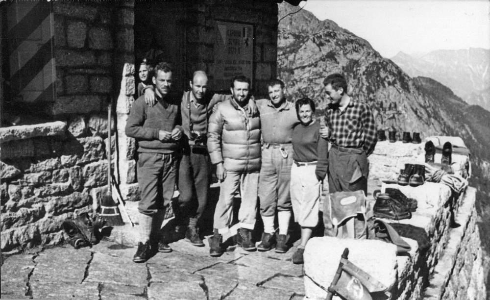Rifugio Sciora, dopo la prima asc. della parete ovest della Sciora di Fuori, luglio 1960: Marc Vaucher, R. Lepage, Georges Livanos, Jack Canali, x, Luciano Tenderini