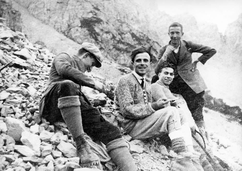 Severino Casara il mattino dopo la sua salita dal nord del Campanile di Val Montanaia e dopo il bivacco sotto la cima, ormai sulle ghiaie del canalone che scende dalla Forcella del Campanile verso il rifugio Padova, incontra tre alpinisti padovani che gli offrono tè, marmellata e biscotti (4 settembre 1925).