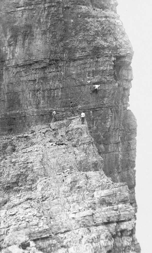 Mentre Giulio Benedetti ha raggiunto lo Spigolo a Sega, Albano Barisi sta attraversando lungo la fessura orizzontale, 19 luglio 1931.