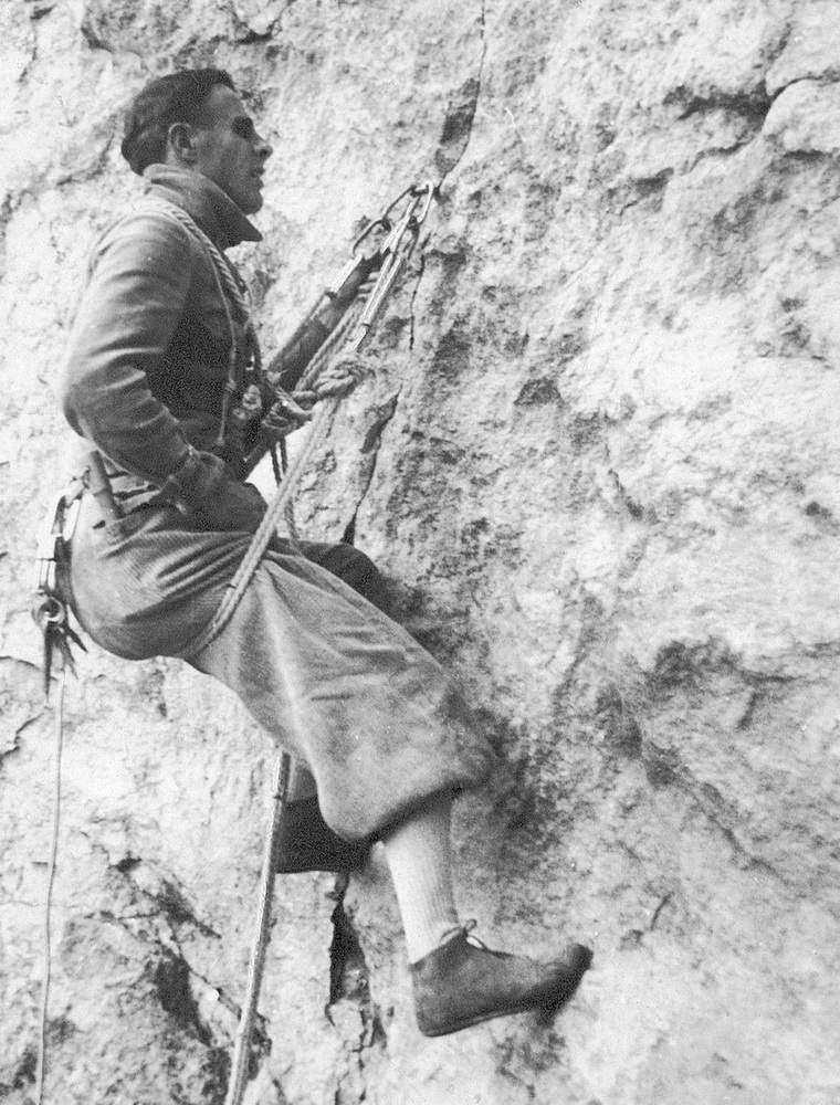 Casara durante il bivacco della prima ascensione con Comici al Salame (29 agosto 1940). Foto: Emilio Comici.