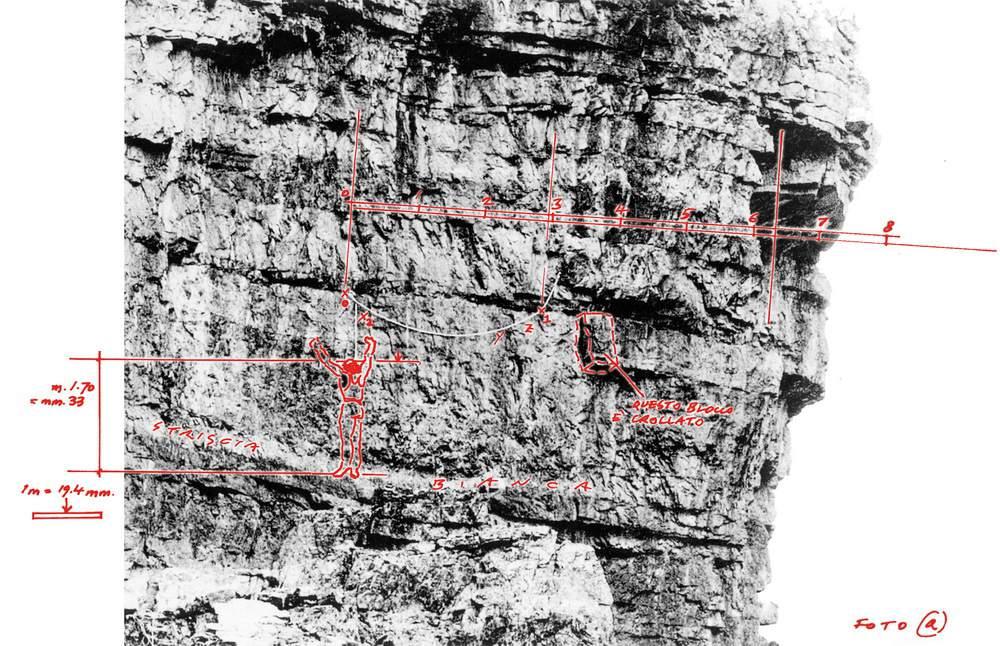 Quest'immagine è la rielaborazione fatta da Mario Crespan della foto Marchetti (vedi tav. 43). La didascalia è tratta, con qualche variazione descrittiva da 46° parallelo del dicembre 2002, pag. 50. Da questa rielaborazione, dopo il confronto con altre foto sulle quali compaiono riferimenti noti di scala, tenuto conto altresì di possibili errori di parallasse dovuti all'angolo di ripresa non perfettamente ortogonale alla parete, si può desumere in via ipotetica, ma con discreta approssimazione, quanto segue: 1) la lunghezza della traversata dal primo chiodo Fanton di sinistra allo Spigolo a Sega è di max 7,00 metri (ma dal grafico sembrerebbero essere 6,30); 2) Dal primo chiodo Fanton (x0) al gruppo chiodi Fanton (x1) risultano max 3,15 metri (ma dal grafico sembrerebbero 2,90) e dal gruppo chiodi Fanton allo Spigolo a Sega risultano max 3,85 metri (ma dal grafico sembrerebbero 3,30); 3) l'altezza rispetto al terrazzo di partenza della fessura di traversata non si può valutare con precisione, ma può ritenersi intorno ai 4 metri (per poterci infilare le mani ed iniziare a traversare a destra, occorre dunque salire coi piedi almeno per un paio di metri, o poco più); 4) la sporgenza x2 fa staccare la corda Fanton poco sopra, e in quello spazio Casara può benissimo aver effettuato il lancio della sua corda (con tutta la pazienza occorrente, beninteso); 5) il blocco è crollato (come è riportato anche nella Guida Berti, Dolomiti Orientali, Vol. II, 1982, pag. 190) ma, probabilmente, non ha modificato le difficoltà del passaggio. Tali misure configurano un aspetto sottovalutato. A Casara, quando aveva ancora la mano sinistra aggrappata all'estremità della corda Fanton, mancavano solo pochi metri in libera fino allo Spigolo a Sega (2,90-3,00), essendo giunto fin là aggrappato alla corda. Nelle medesime condizioni (ma ovviamente assicurati), anche Paolo Fanton e Franz Schroffenegger si erano spinti fino a sfiorare con la mano lo Spigolo a Sega già nel 1913.