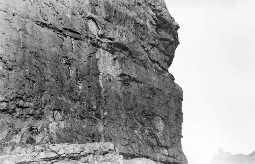 Foto eseguita il 17 settembre 1950 dove si vede, al centro e sotto la fessura orizzontale, la traccia lasciata dal grosso blocco di roccia franato. L'evento è dunque avvenuto nei giorni tra il 17 luglio e il 16 settembre 1950. Foto: Severino Casara.