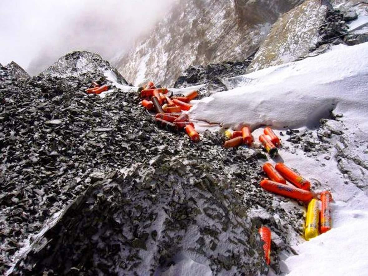 BomboleOssigeno-rifiuti-bombole-ossigeno-Monte-Everest-spazzatura