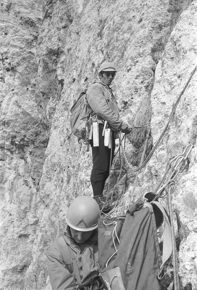 Aldo Anghileri durante la prima ascensione della parete sud della Terza Pala di San Lucano, 1972