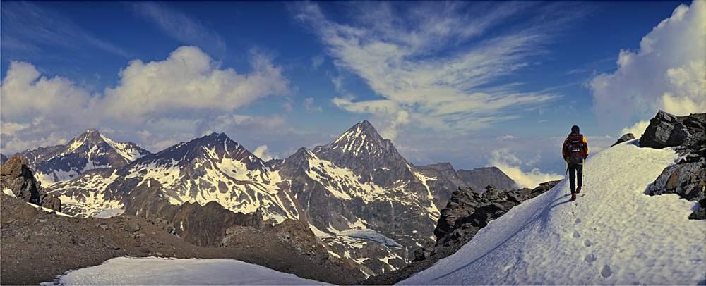 Dalla Punta di Leppe, da destra: Monte Emilius, Passo dei Tre Cappuccini, Punta Rossa, Colle di Valaisan, Punta Garin. Sotto all'Emilius, il semighiacciato Lago Superiore di Laures. Valle d'Aosta.