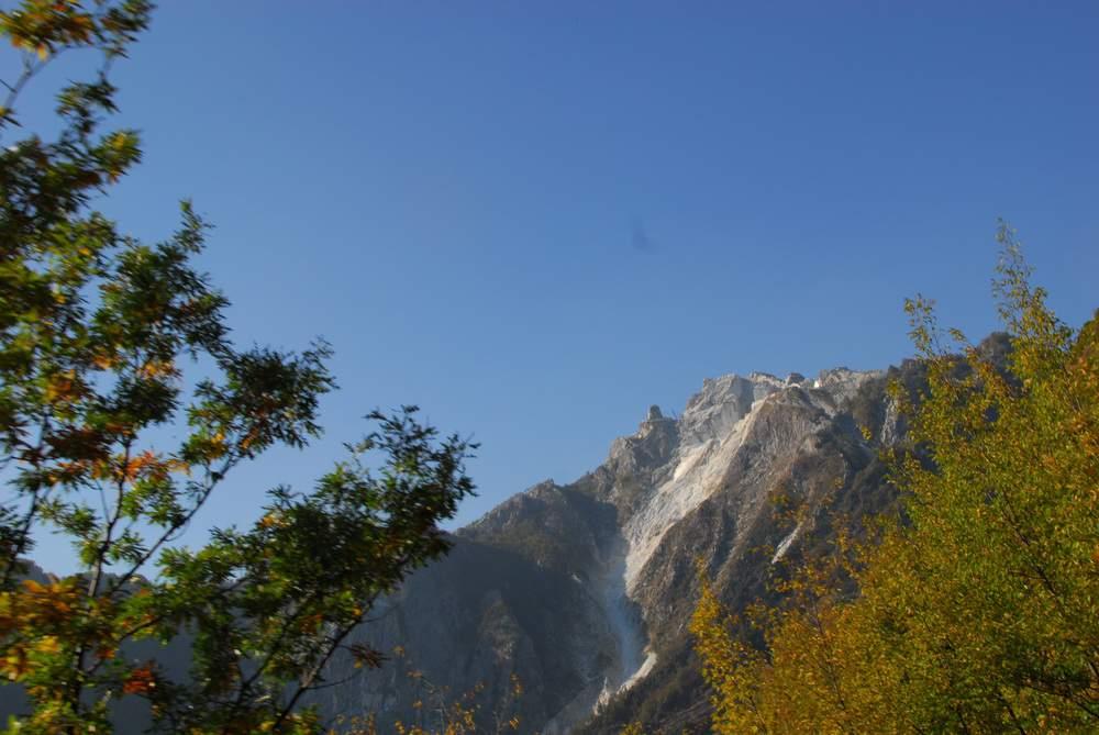 Alpi Apuane, da strada Cipollaio-Levigliani, cave di marmo